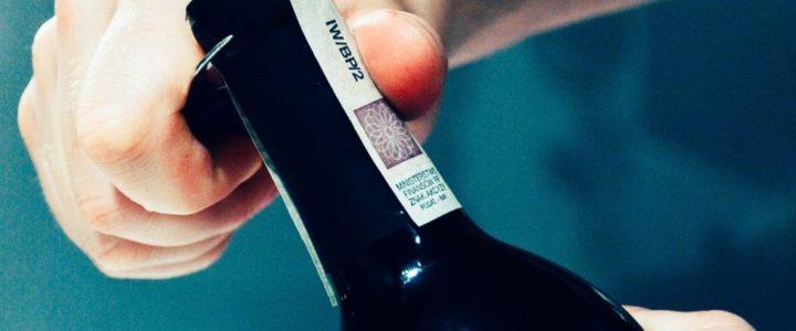 Apertura di una bottiglia di vino